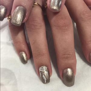 Manucure nail art doré